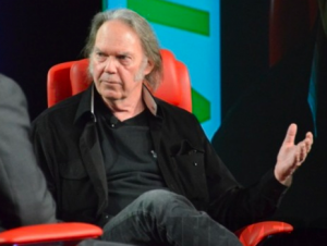 neil young habla sobre pirateria y musica digital como la nueva radio
