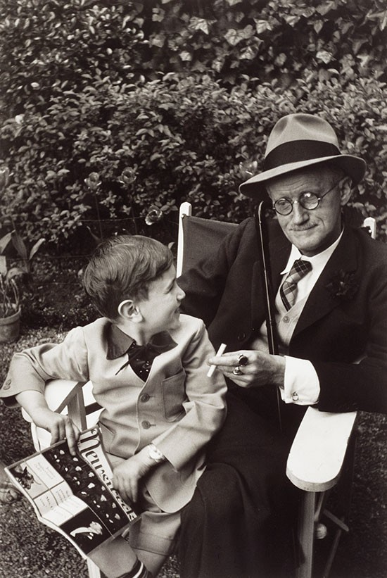 James Joyce con su nieto