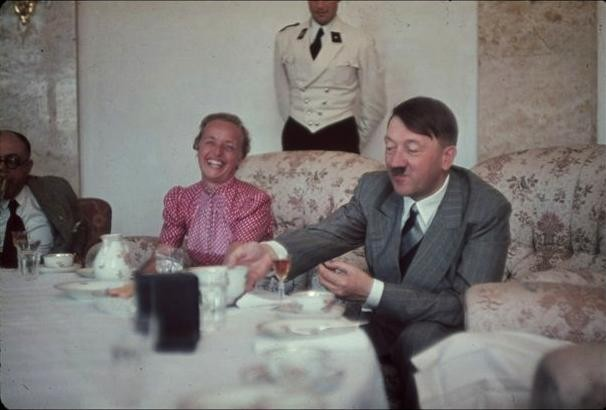 Hitler-at-a-dinner-party_Berlin