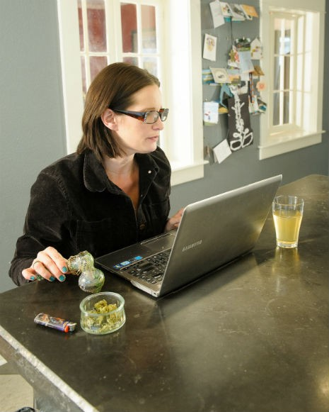 female-smoking-marijuana-laptop_5740
